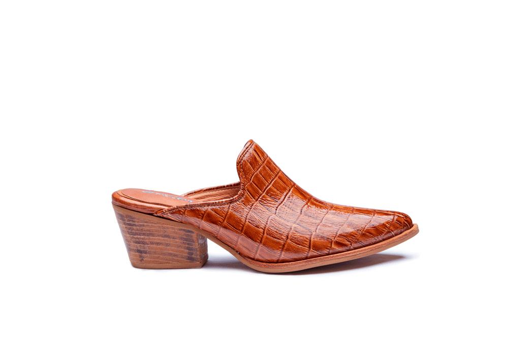 Fotografía de producto, zapato femenino recortado sobre fondo blanco