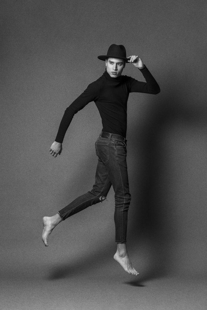 Fotografía de moda de hombre en estudio