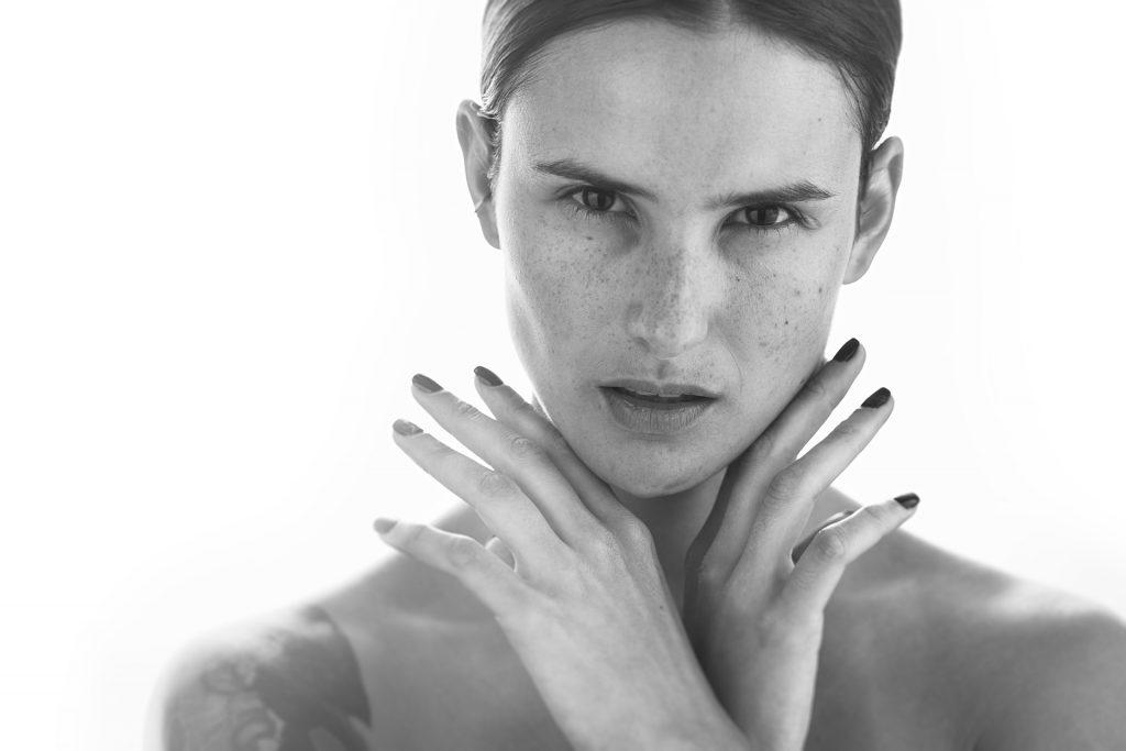 Retrato de moda con modelo en Montevideo Uruguay blanco y negro